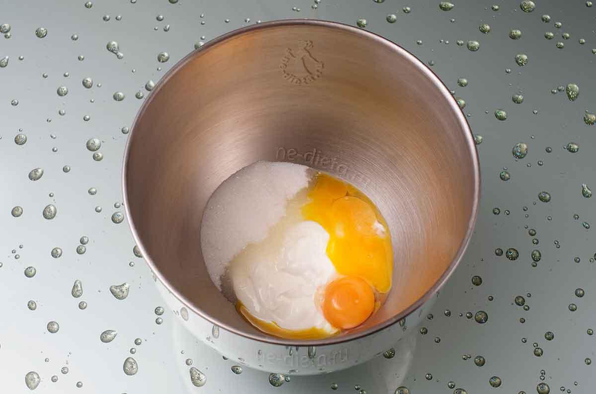 В миску выложить сметану, сахар, соль и яичные желтки