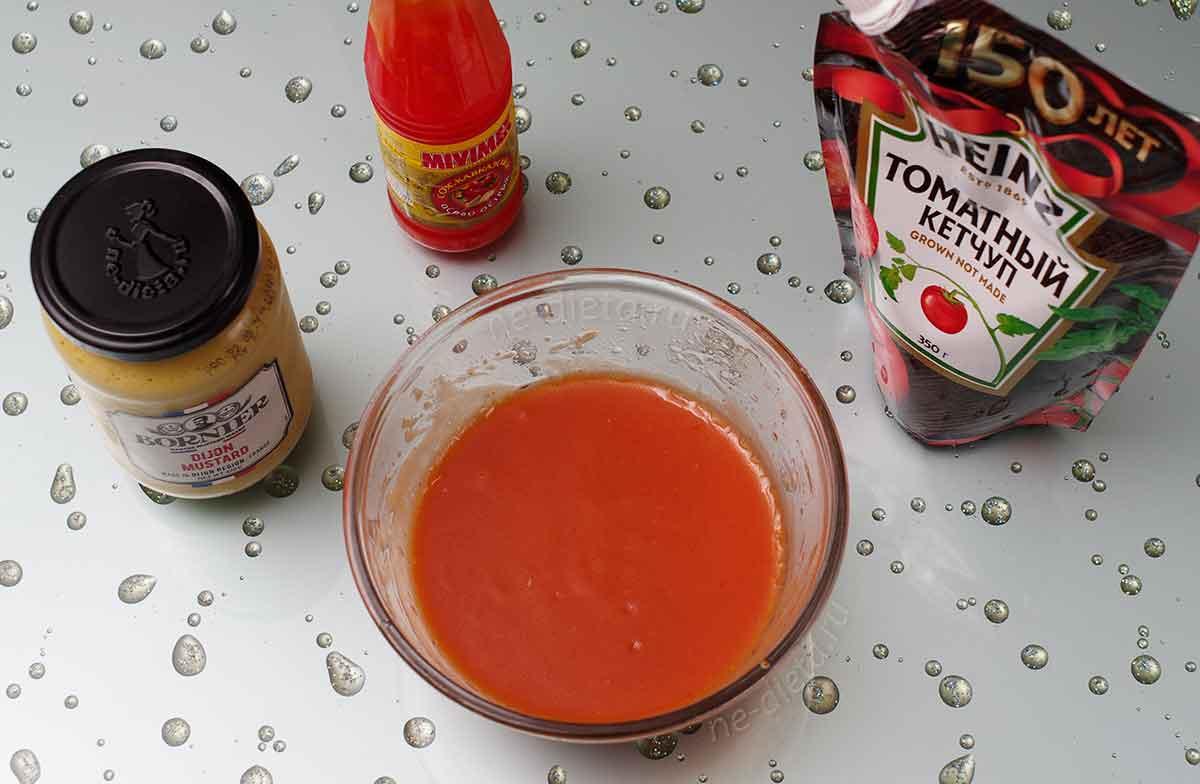 В маринад добавить кетчуп, горчицу и острый соус
