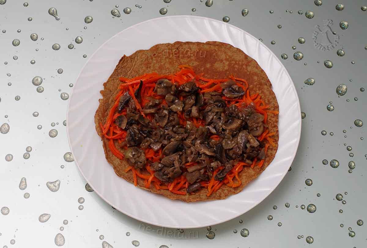 На морковь положить грибы с луком