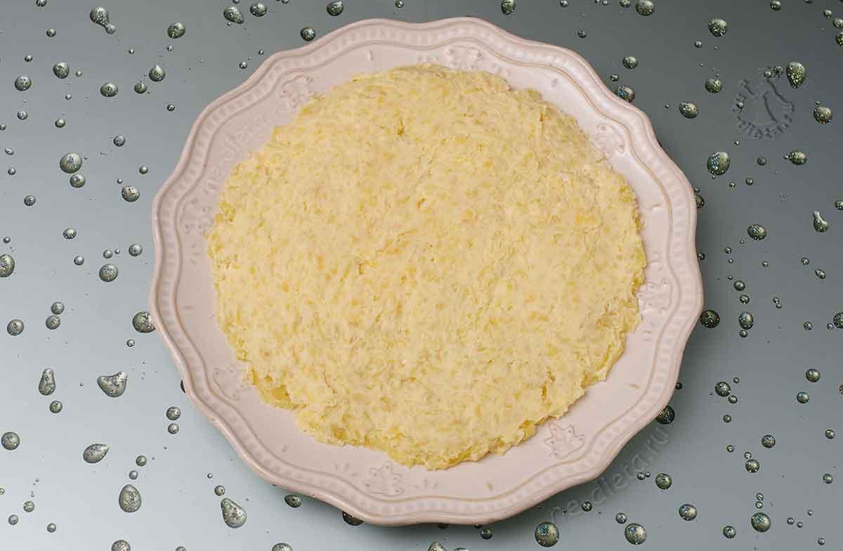 На блюдо выложить картошку с майонезом