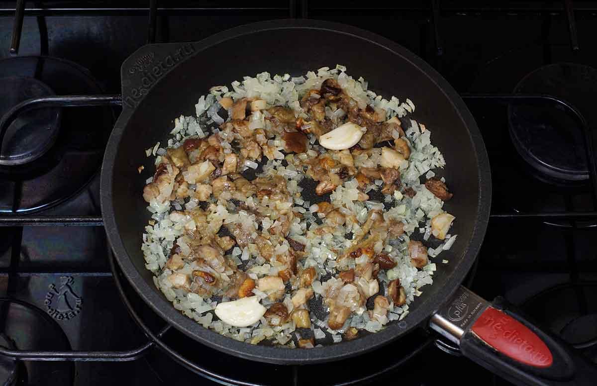 К луку добавить грибы и чеснок