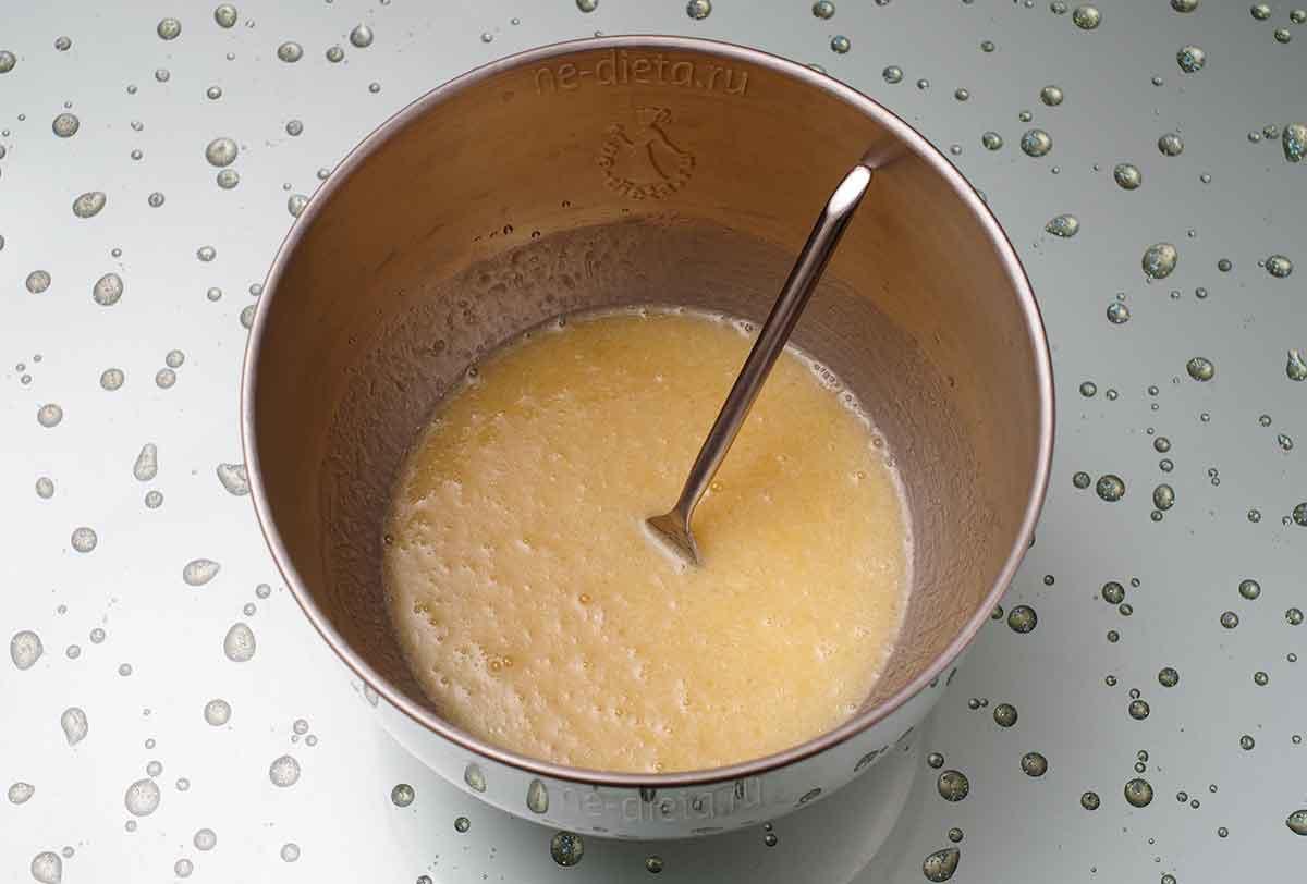 Добавить сахар, мед, масло, яйцо, молоко и апельсиновый сок