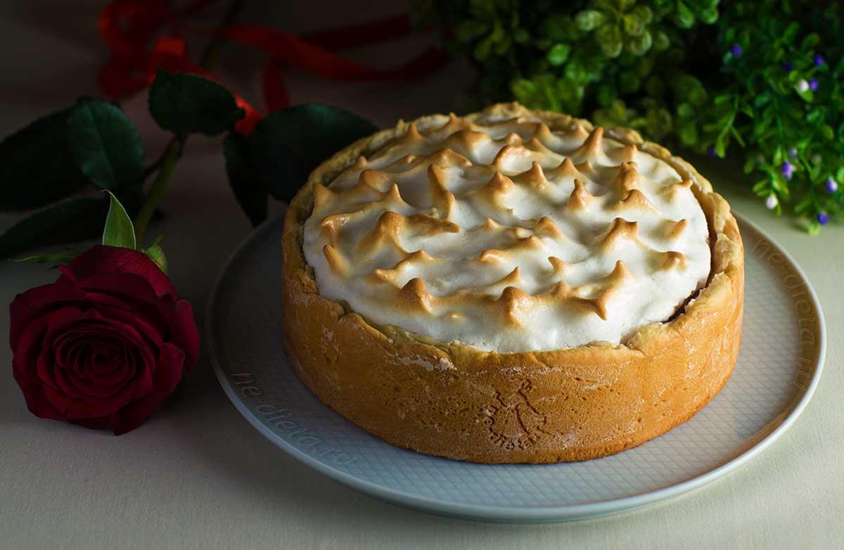 Клубничный пирог с меренгой