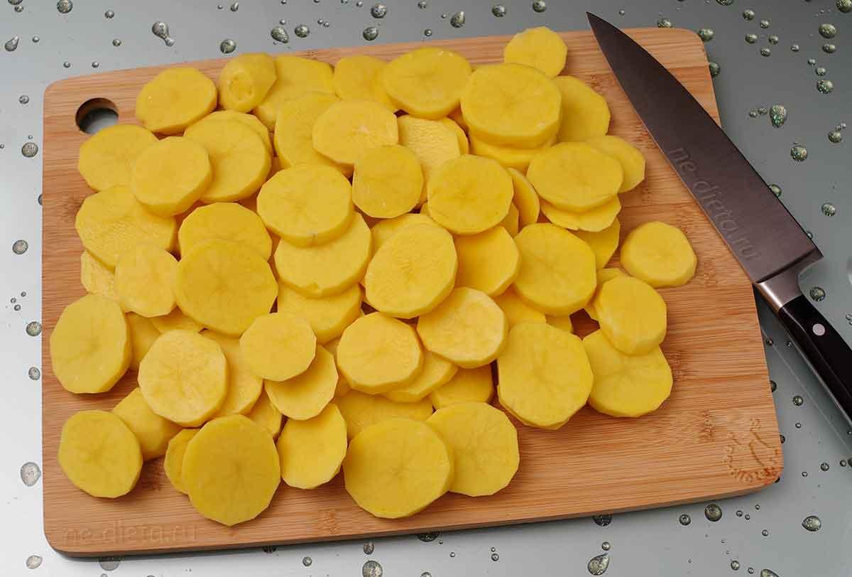 Картошку нарезать кружочками