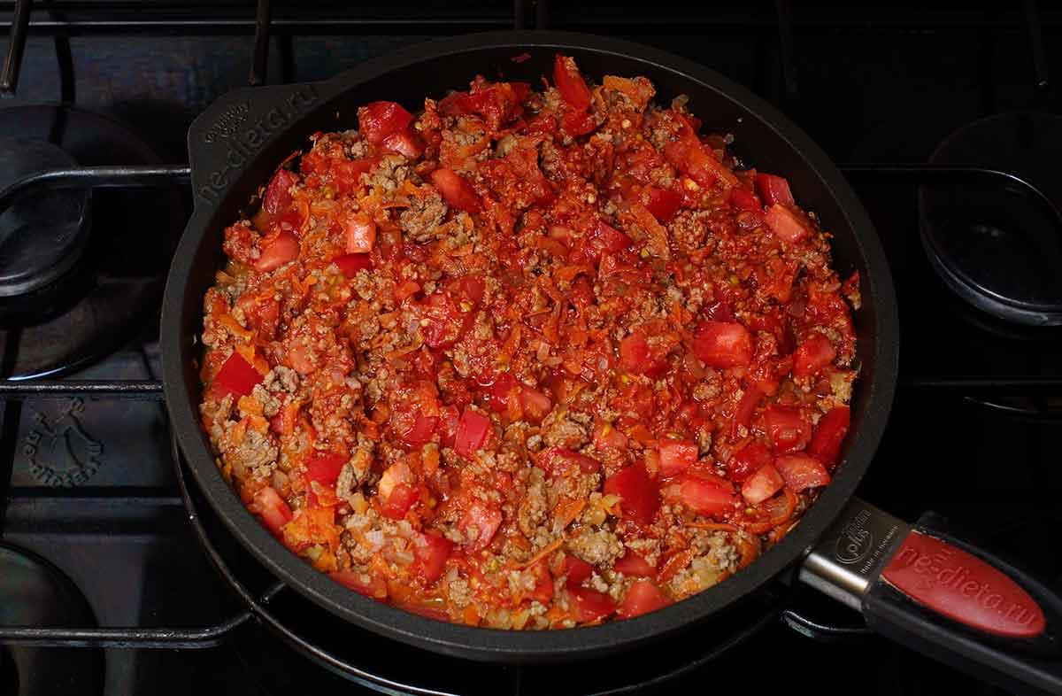 Добавить помидоры, томатную пасту и сахар