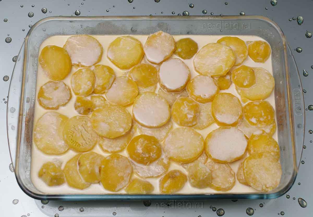 Картошку выложить в форму и залить сливками