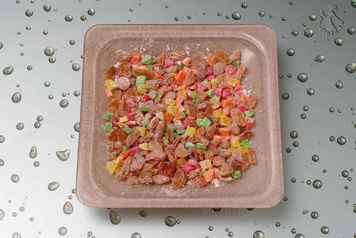 Сухофрукты и цукаты смешать с мукой