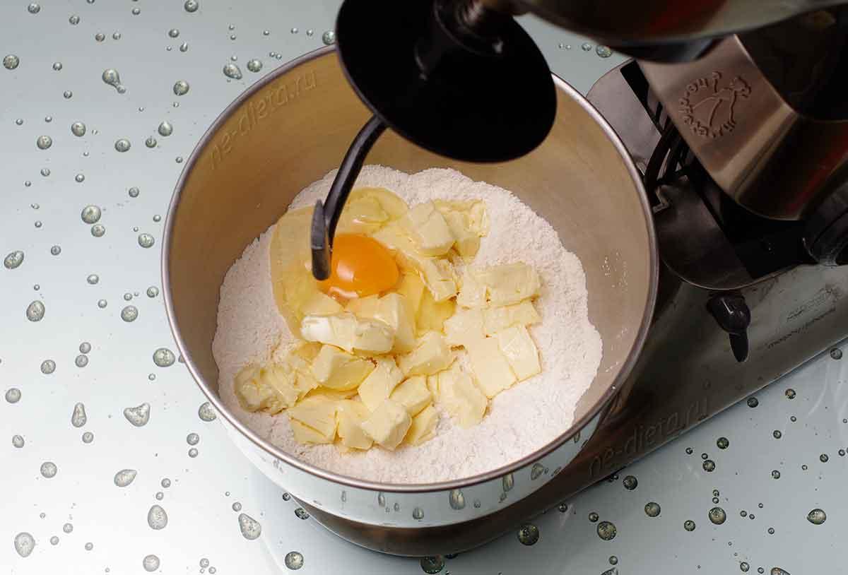 Добавить яйцо и сливочное масло