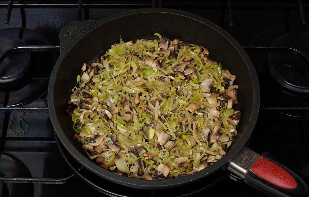 Обжарить грибы с луком-пореем