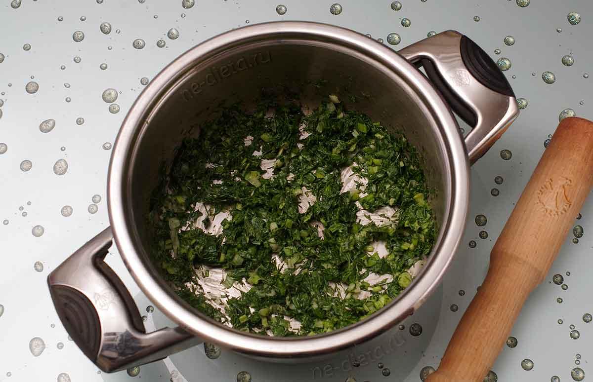 Зелень растереть с солью и горчицей