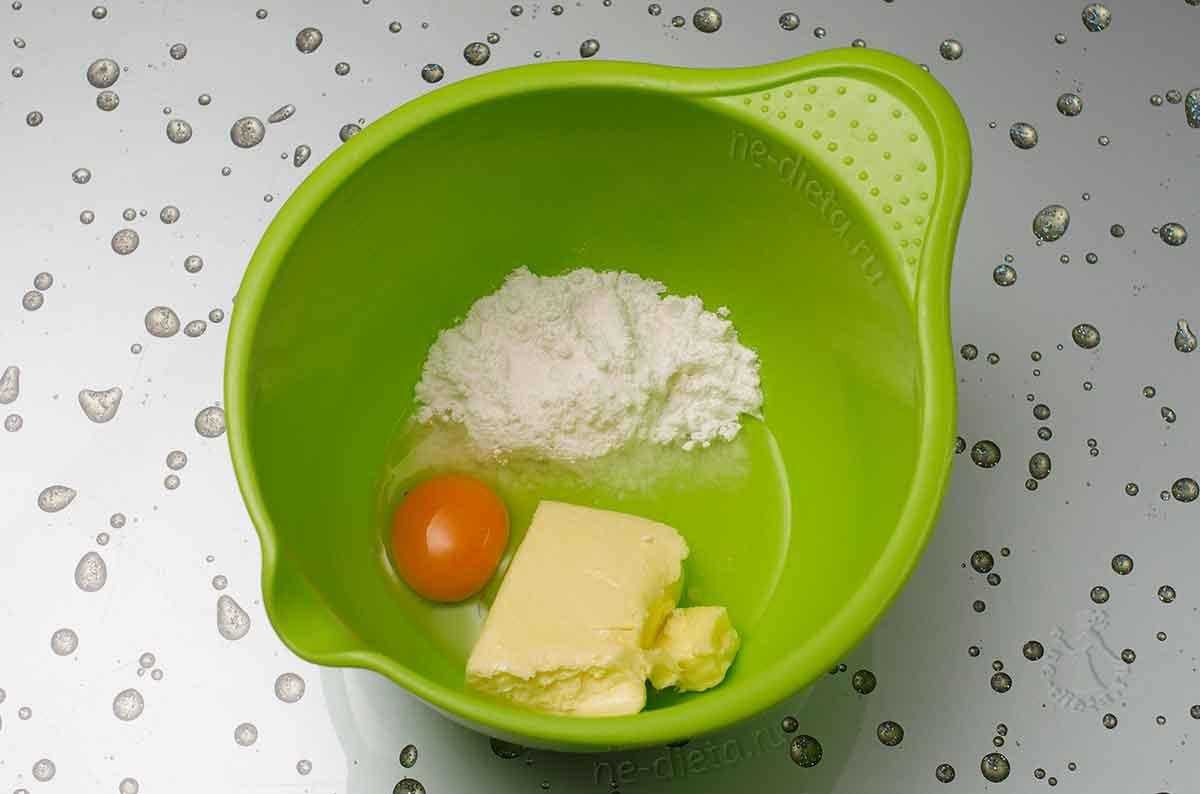 В миску выложить сливочное масло, сахарную пудру и яйцо