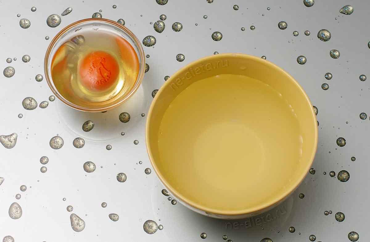 В миску налить холодную воду, яйцо разбить в мисочку и проколоть желток