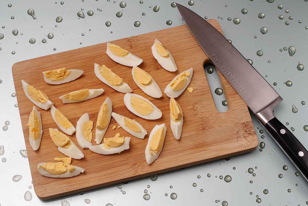 Яйца нарезать дольками