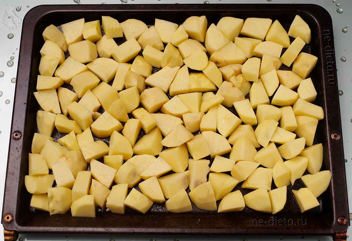 На противень выложить картошку