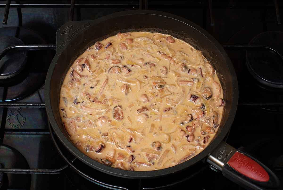 Морепродукты в сливочном соусе с чесноком