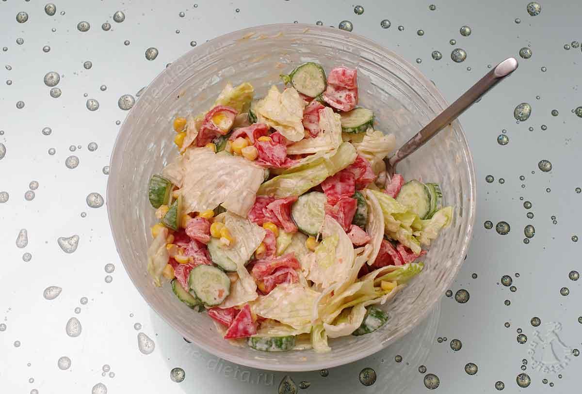 Смешать огурцы, помидоры, салат и кукурузу