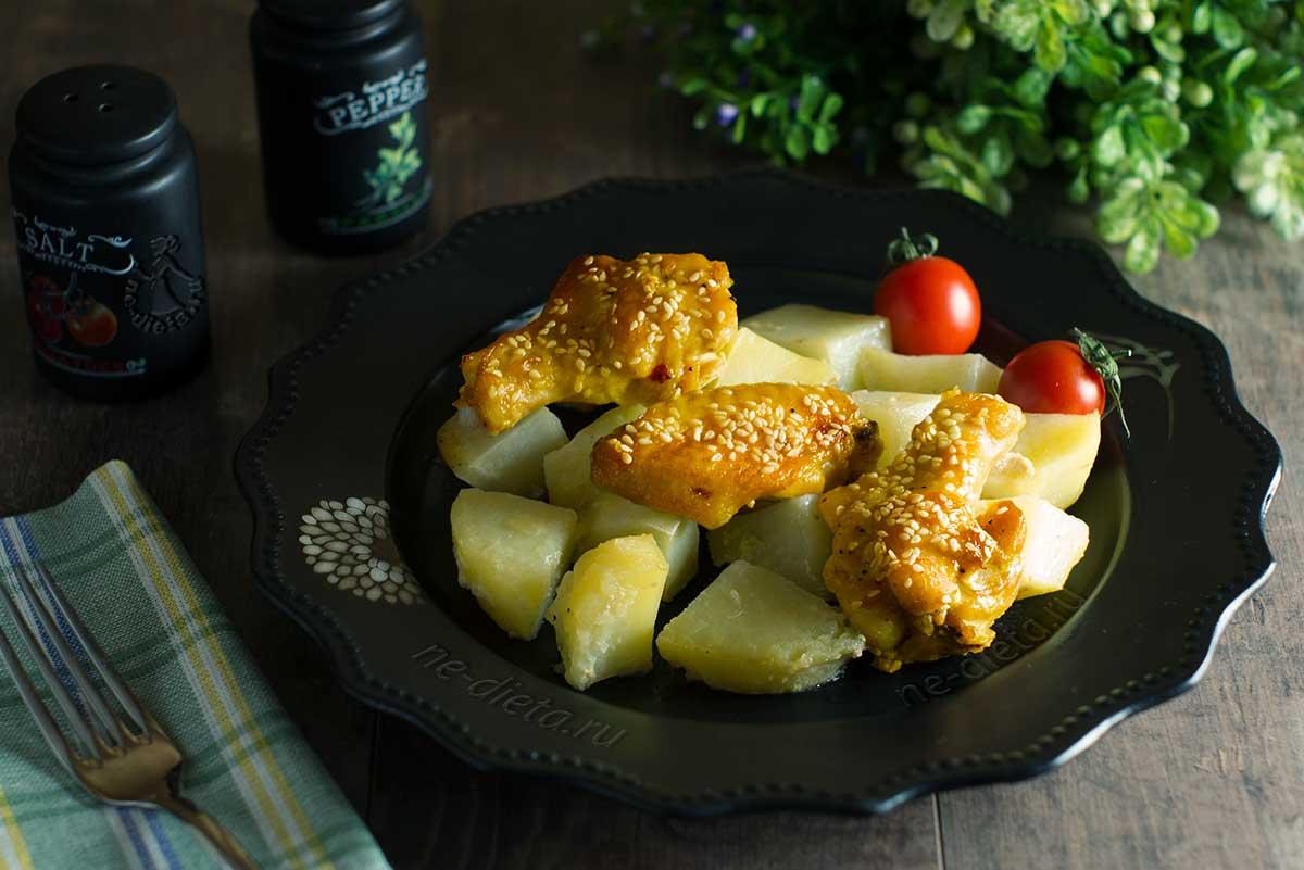 Куриные крылышки с картошкой в духовке