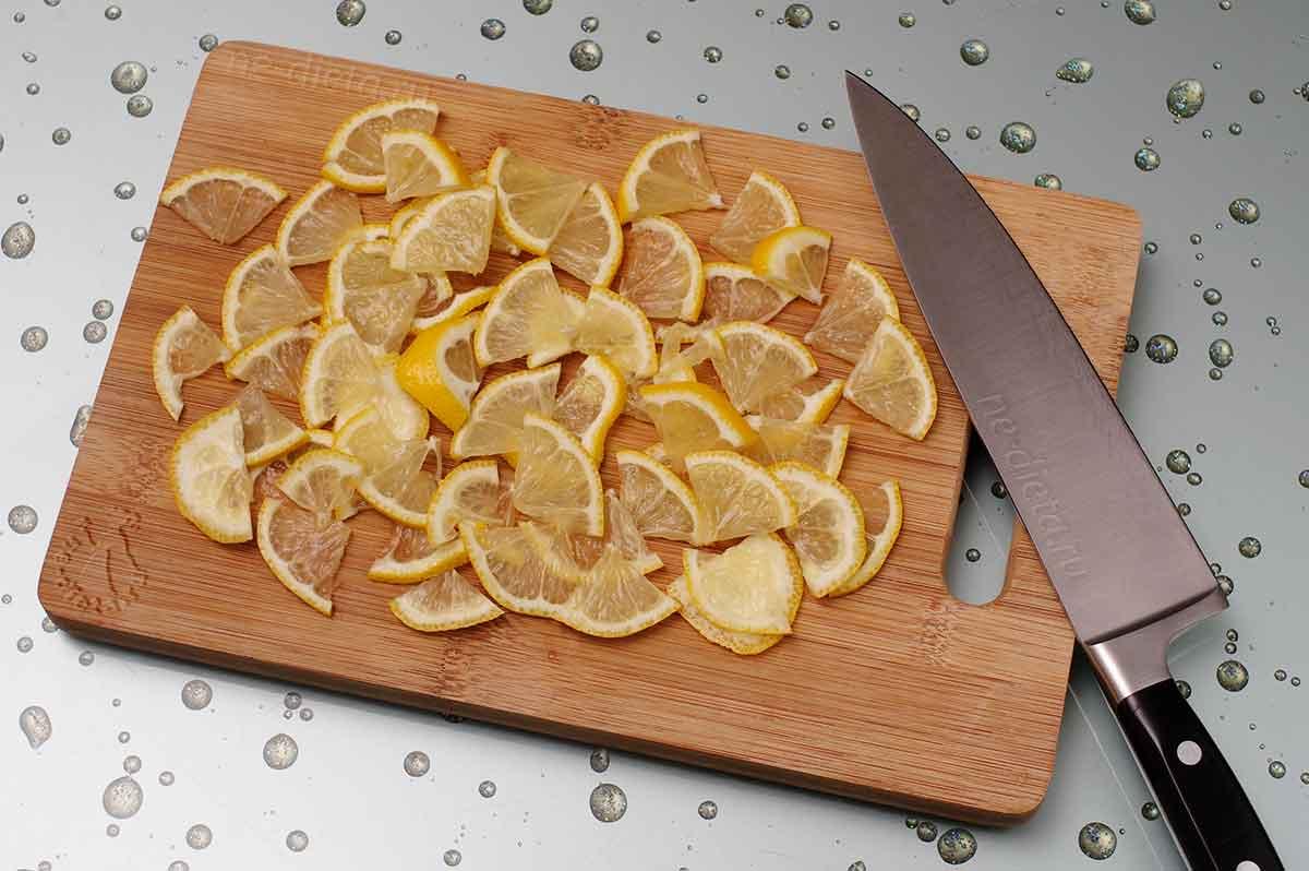 Лимон нарезать четвертинками