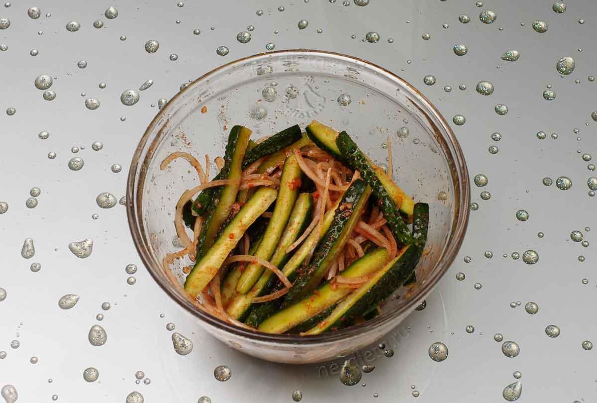 В салат добавить соевый соус, уксус, сахар и острый перец
