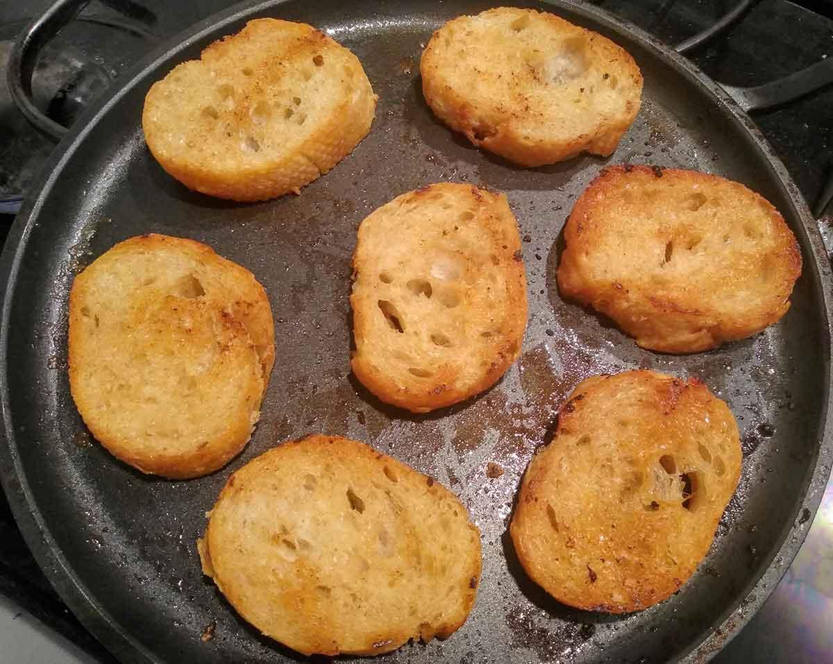 Хлеб поджарить на сливочном масле