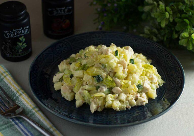 Салат с курицей, картошкой и яблоком
