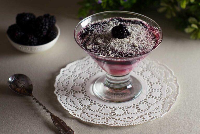 Сливочный десерт с ежевикой