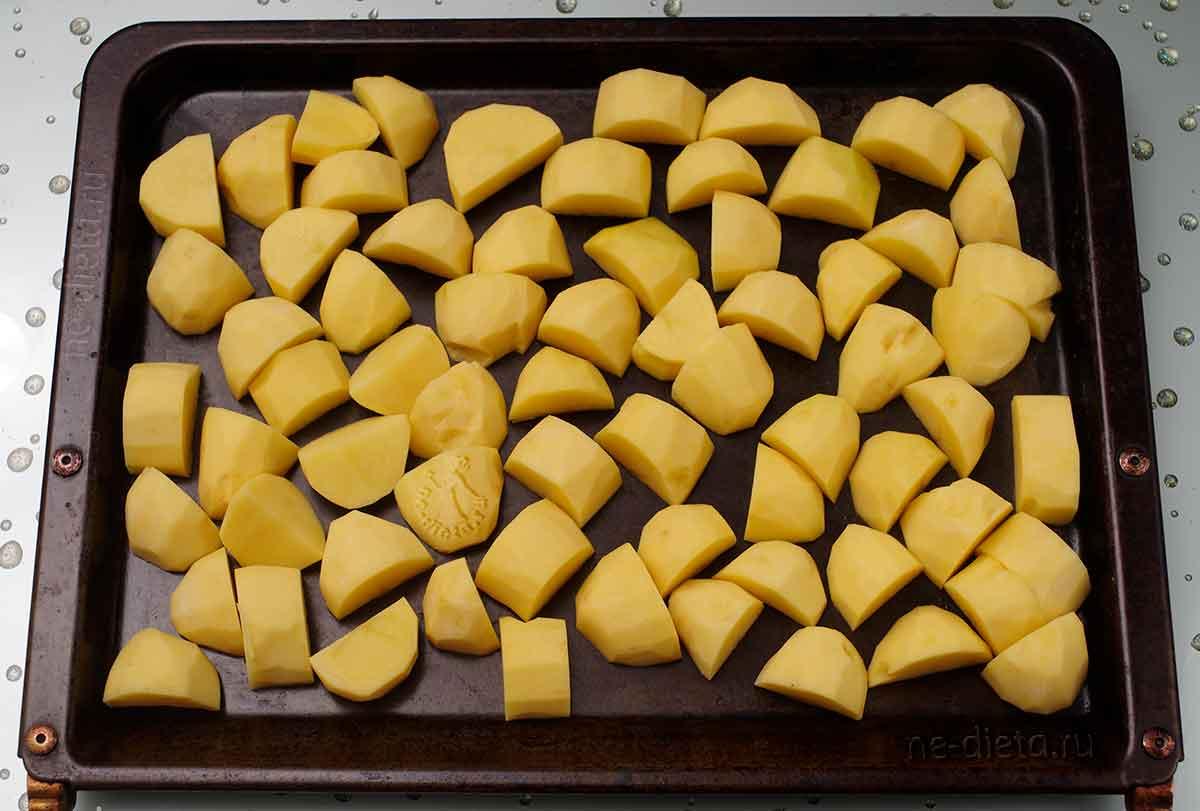 Картошку выложить на противень