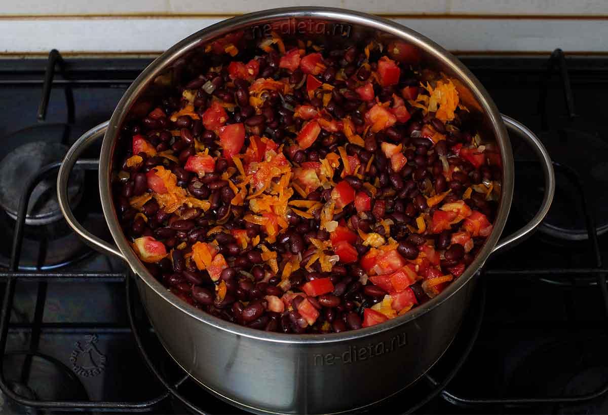 Добавить фасоль, помидоры, соль и сахар