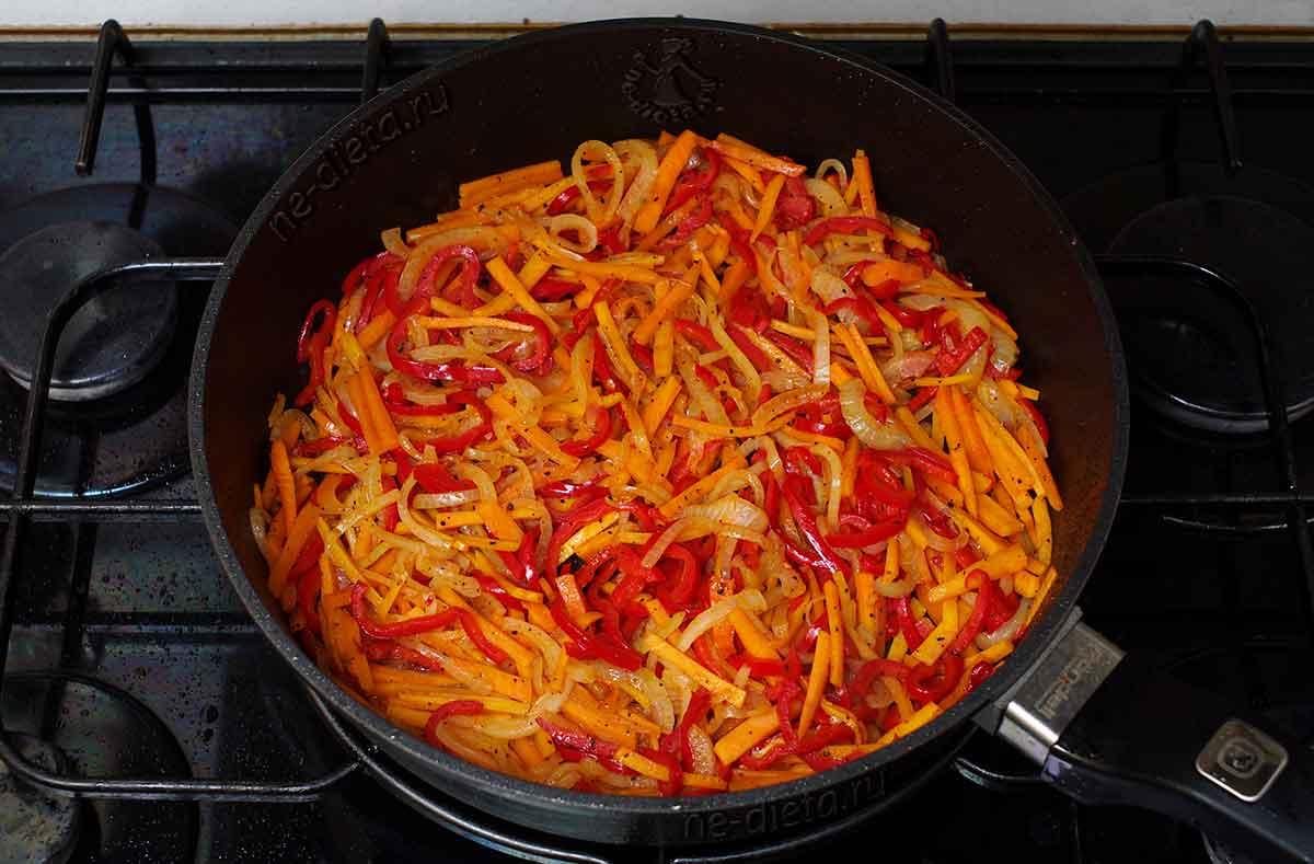 Обжарить лук, морковь и болгарский перец