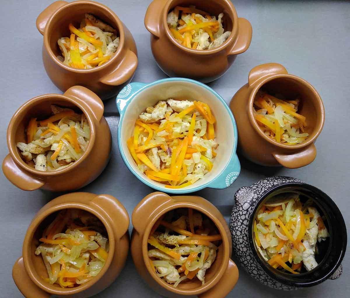 В горшочки разложить курицу и овощи