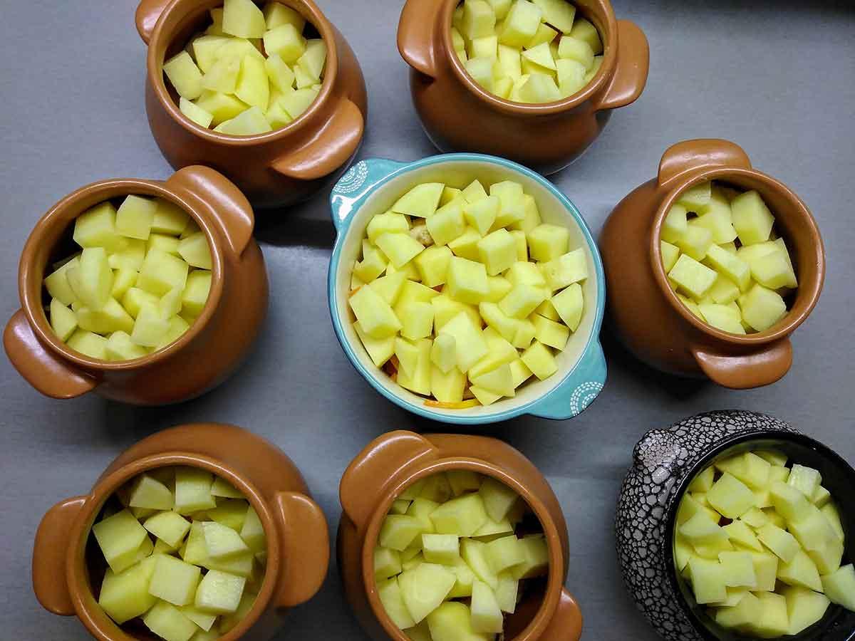 В горшочки положить картошку