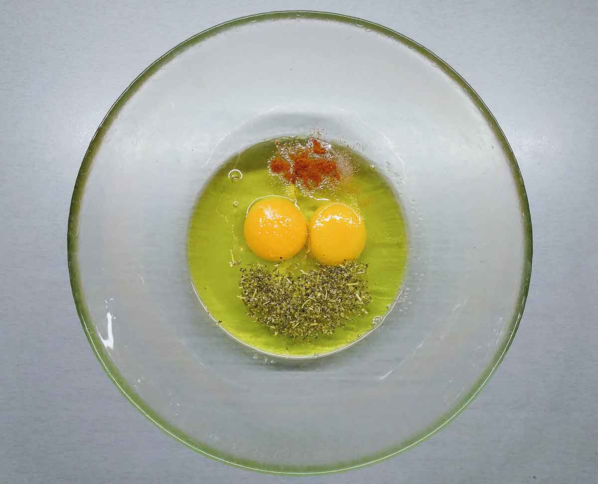 В миску выложить масло, яйца, сахар и специи