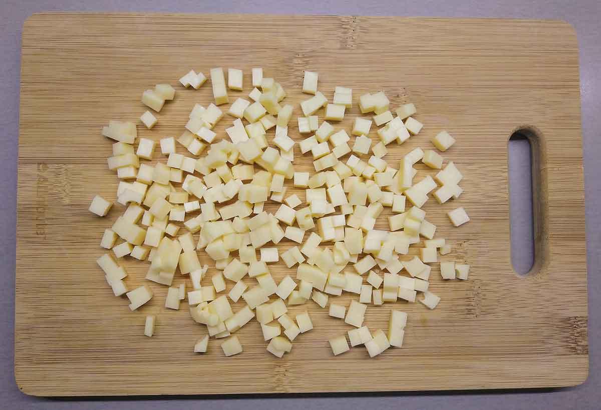 Сыр порезать кубиками