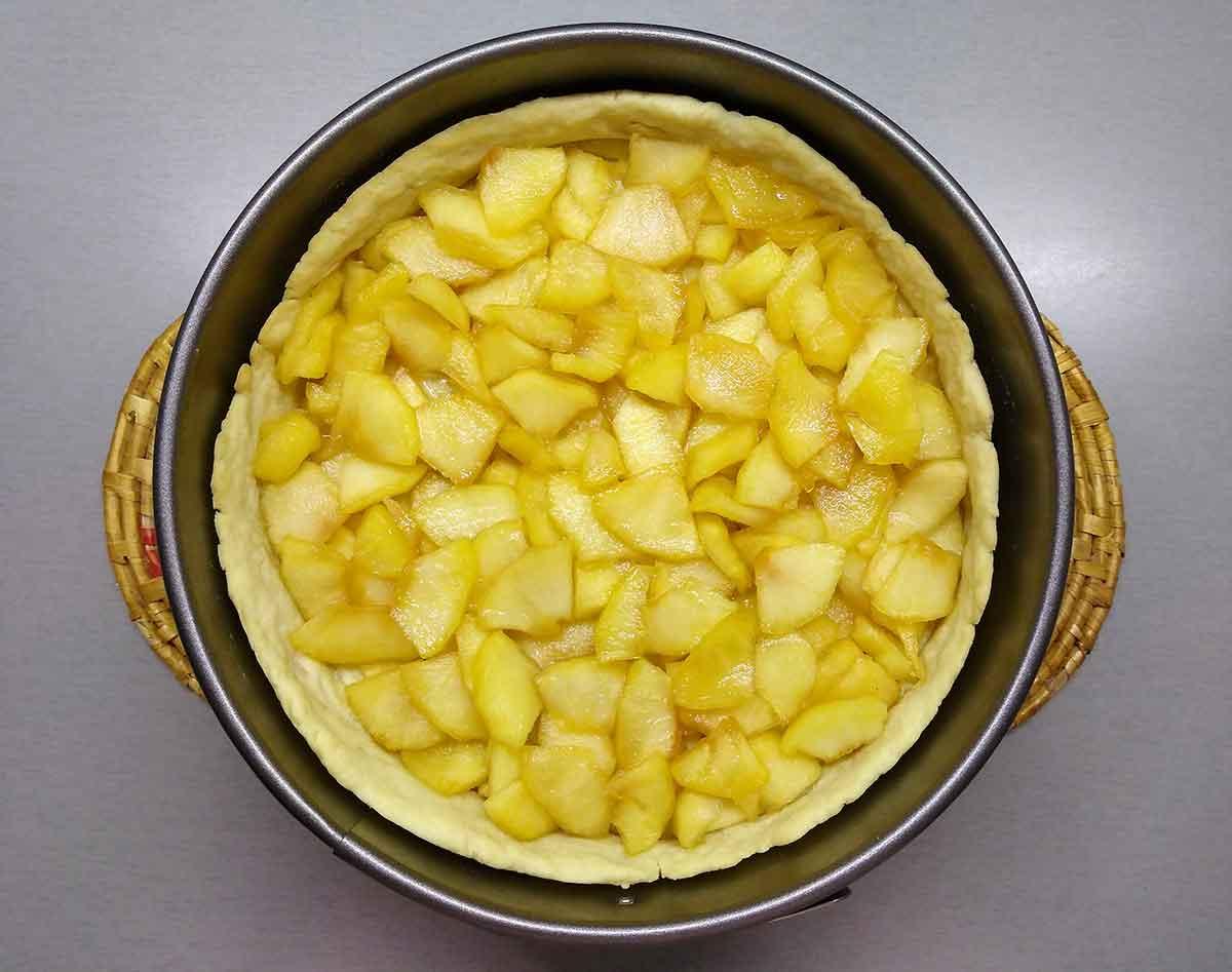 Яблоки выложить в песочную корзиночку