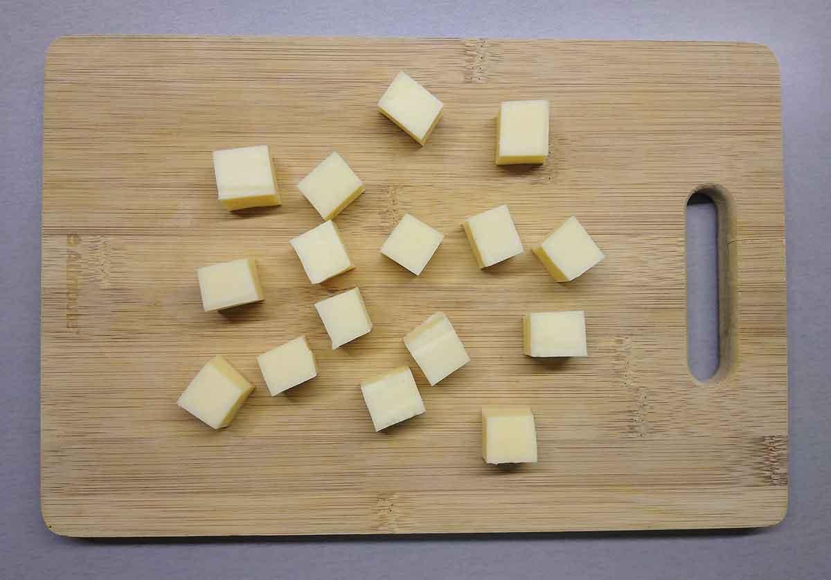 Сыр нарезать кубиками